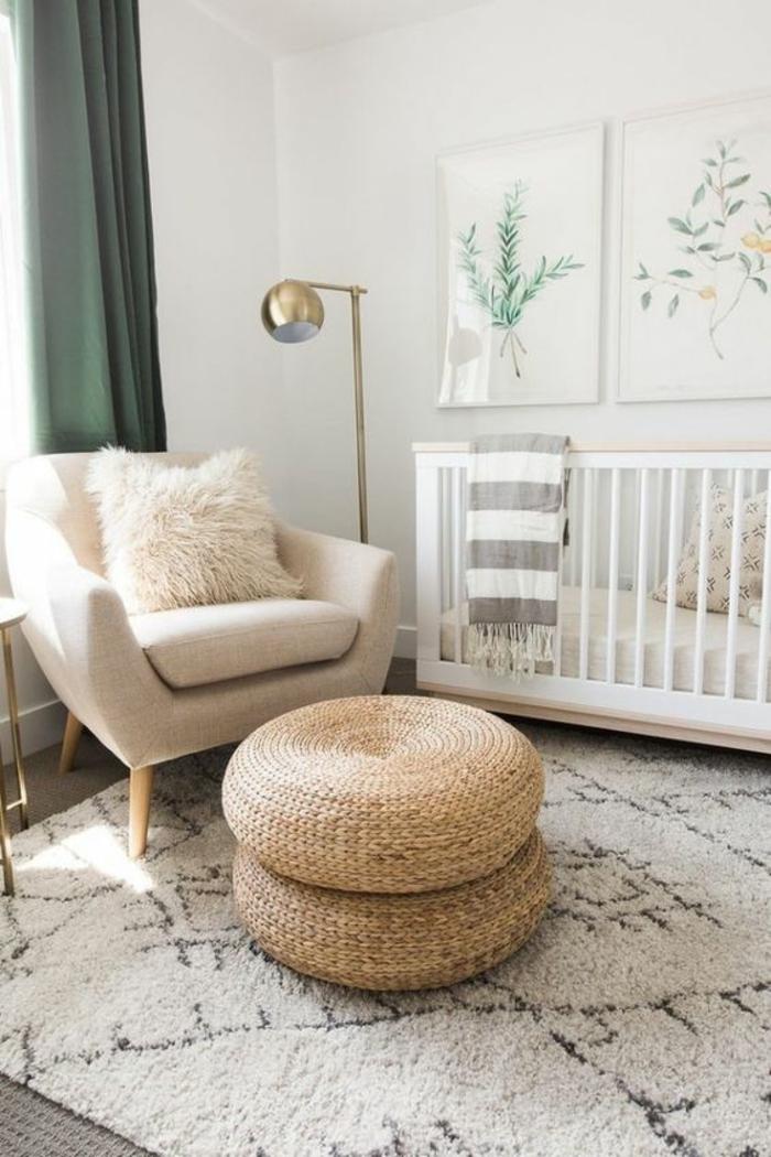 chambre gris et blanc, tabouret rond en rotin tressé, tapis effet de moquette en noir et blanc, rideaux en bleu canard, luminaire sur pied en couleur or, deux tableaux aux cadres en blanc, fauteuil en couleur crème