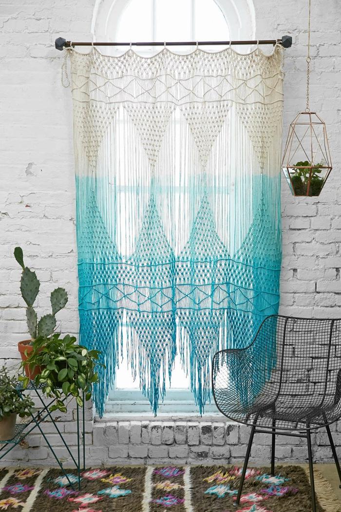 petit tapis boheme, tenture murale en blanc et bleu, mur en briques, chaise contemporaine
