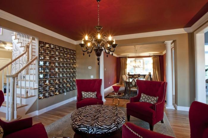 fauteuils couleur lie de vin, table en noir et blanc prints animaux, chandelier style ancien