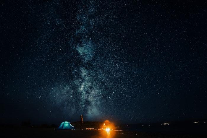 Ciel étoilée nuit loin de la pollution lumineuse des cités aller faire du camping pour observer les étoiles
