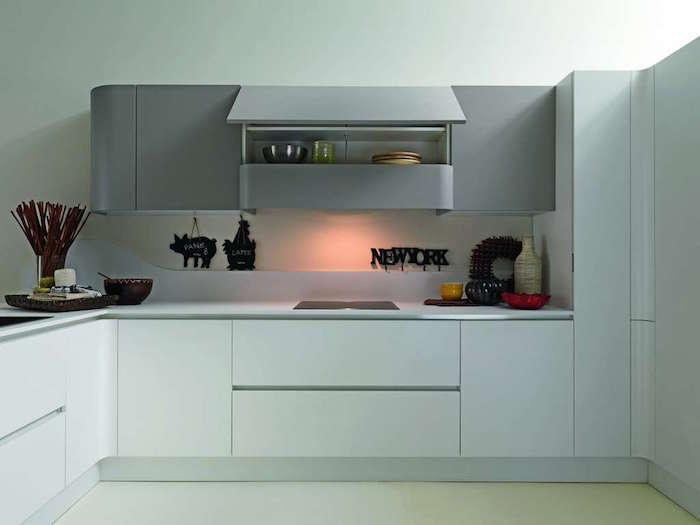 meuble cuisine gris clair moderne, cuisine design avec meubles blancs et gris