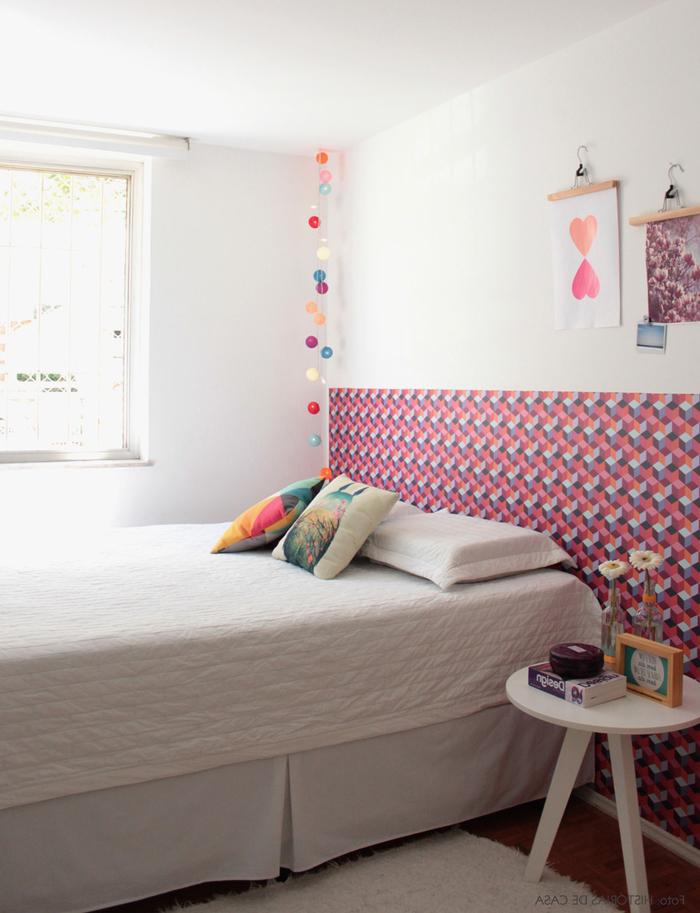 un bas de mur en papier peint motif graphique à effet 3d pour un mur d'accent originale dans la chambre a coucher moderne