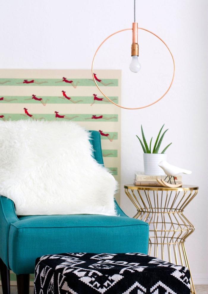 aménagement d une chambre a coucher moderne avec un coin repos cosy illuminé par une suspension en cercle fait maison