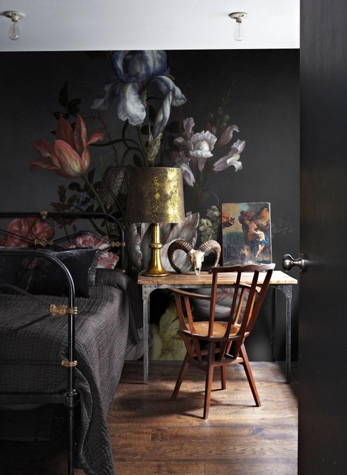 idée aménagement chambre à coucher moderne avec papier peint fleuri de nuance foncée aux grandes fleurs à combiner avec accessoires de bois et or