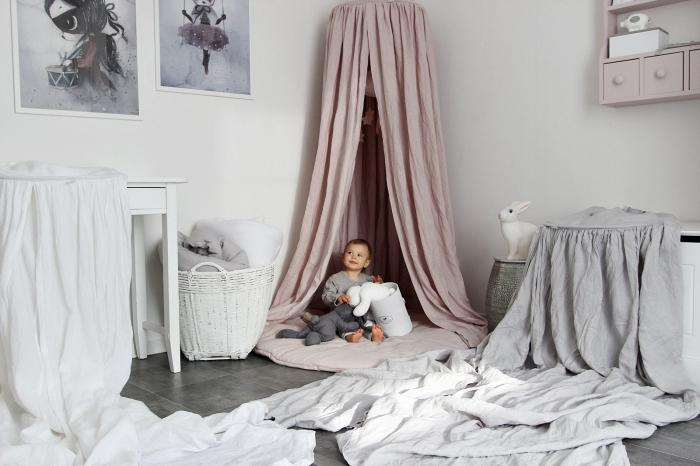quelle couleur associer au gris, déco de chambre enfant unisexe aux murs blancs avec tipi rose et linge de lit gris clair