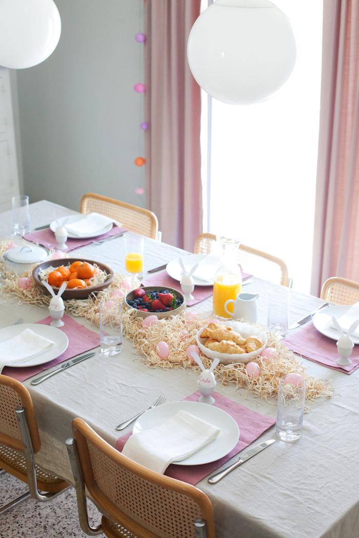 Deco de paques pour la table simplement décorée avec oeufs et serviettes table arrangée paques decoration paques facile