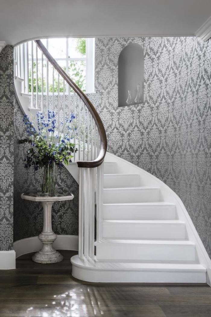 idée aménagement escalier moderne avec papier peint gris et blanc, design intérieur stylé en gris et blanc