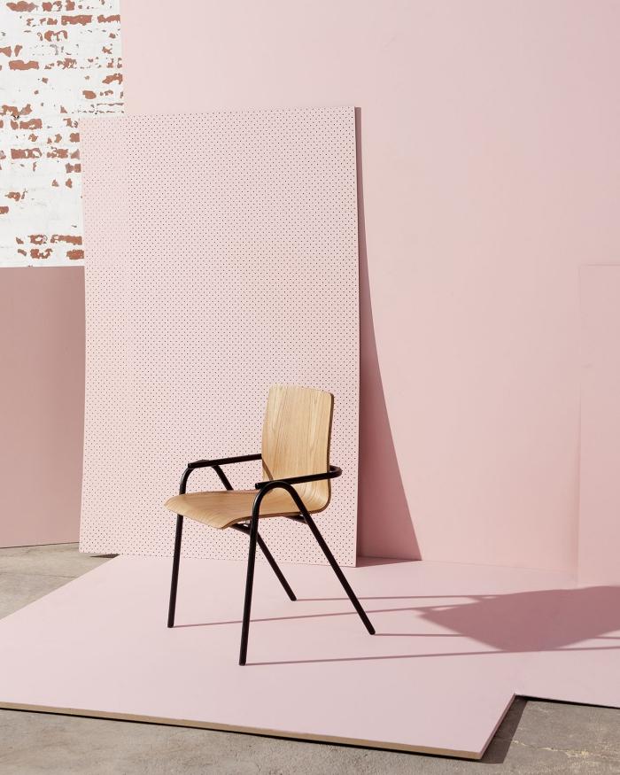 exemple comment peindre les murs dans une chambre rose gold aménagée avec meubles de bois et noir mate