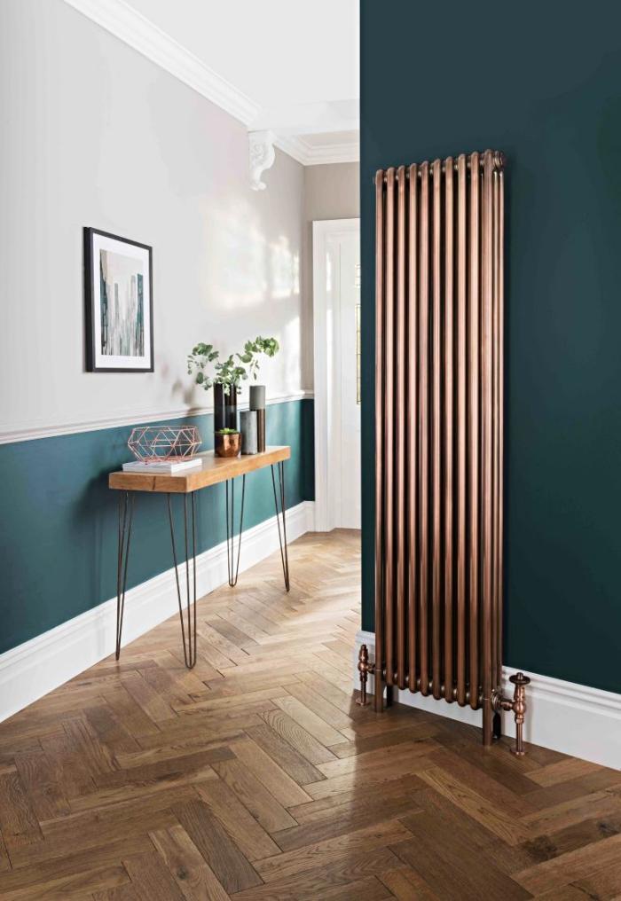 choix de couleur pour la deco entree moderne en blanc et vert foncé, aménagement de l'intérieur en matériaux naturels plancher de bois