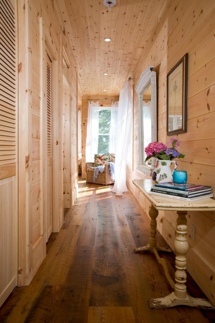 revêtement mur et plafond de bois clair avec plancher de bois foncé pour une déco couloir de style rustique
