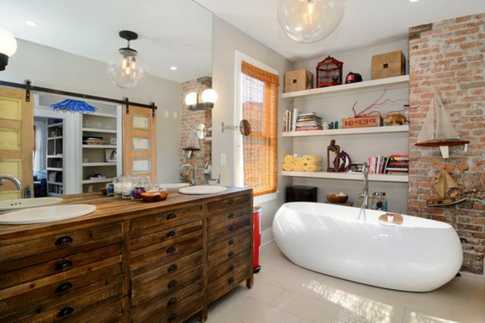 une salle de bain industrielle d'esprit loft aménagée d'une manière authentique et orginale avec un meuble-vasque récup en bois massif
