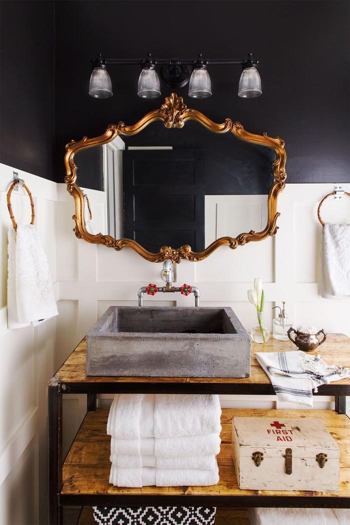 l'aménagement d'une salle de bain industrielle en noir, blanc et bois avec une table atelier transformée en meuble-vasque originale