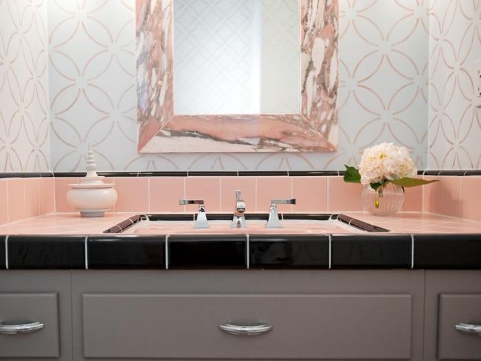 intérieur moderne avec une salle de bain au carrelage corail et rose poudré, modèle de miroir luxe à design marbre rose