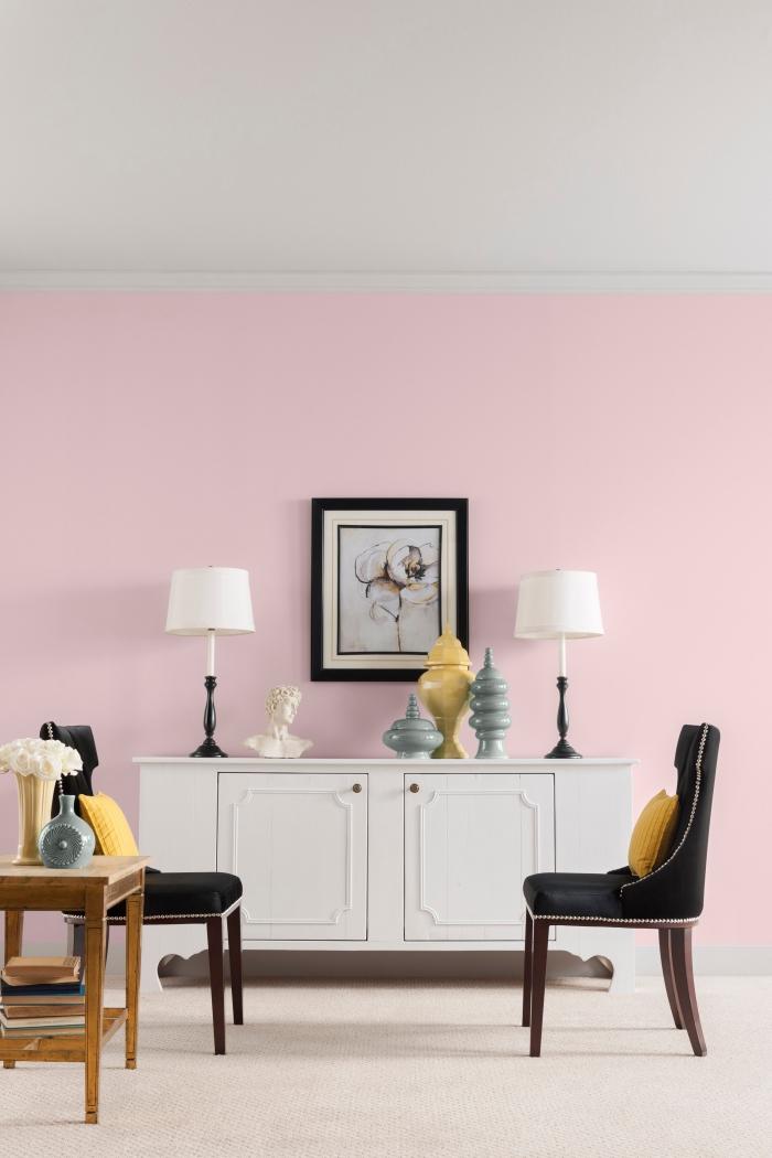 aménagement salon aux murs de peinture rose poudré avec plafond blanc et grand tapis beige, armoire blanche avec poignées dorées