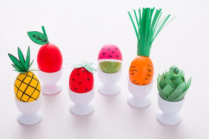 activité manuelle facile pour enfants, décoration de oeufs en plastique avec marqueurs et papier coloré