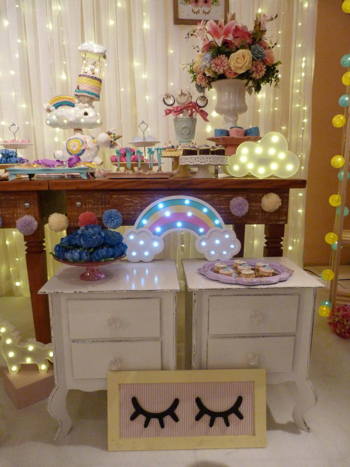 déco de buffet de desserts licorne loufoque et poétique sur un toile de fond lumineux, déco féerique avec un gadget licorne lumineux