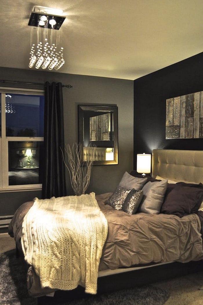 décoration classe pour chambre adultes, plafonnier design, tete de lit capitonnée design, suite parentale avec murs gris et noirs