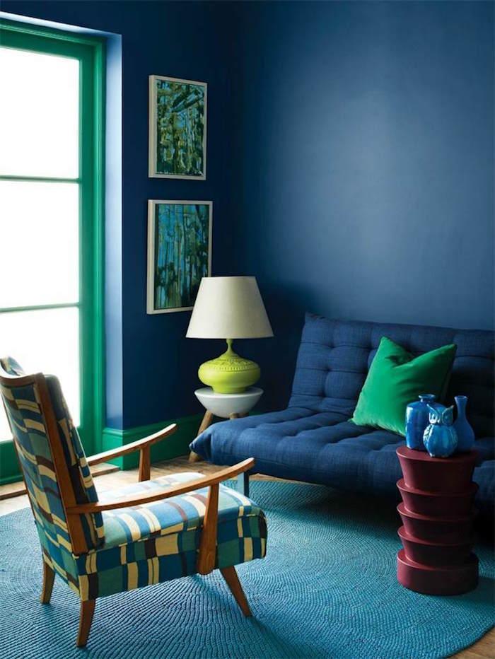 intérieur salon bleu pétrole avec tapis bleu paon turquoise, associer bleu marine et vert pour décoration