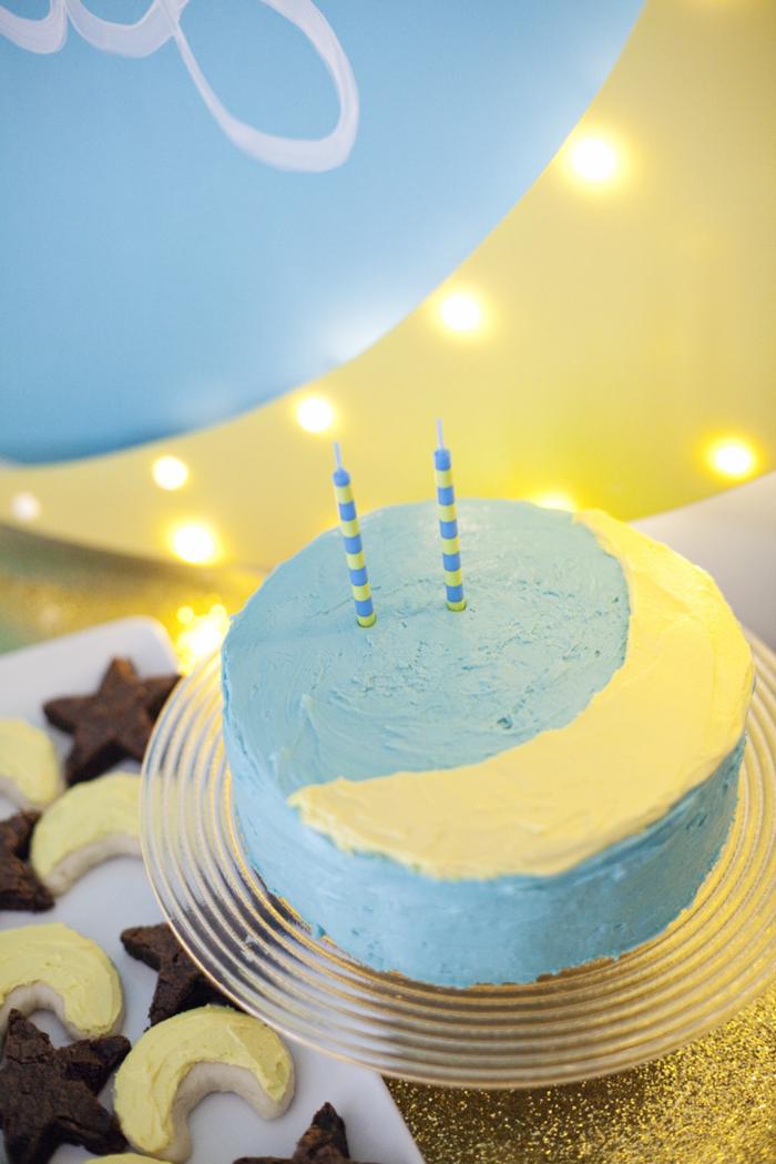 idée pour un joli gateau anniversaire 2 an sur thème lune au glaçage bleu et jaune
