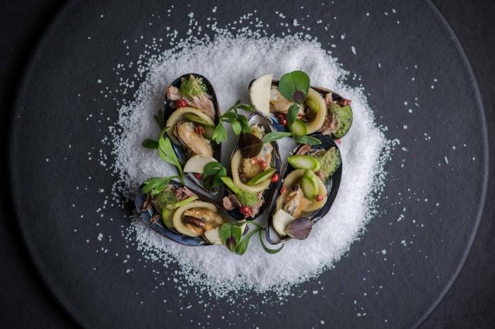 recette facile pour le soir, plat aux fruits de mer avec décoration originale en sel, moules à la sauce avocats