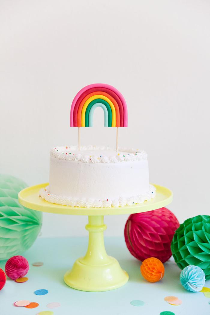 idée pour un gateau licorne tout simple décoré avec un cake topper personnalisé arc-en-ciel en argile