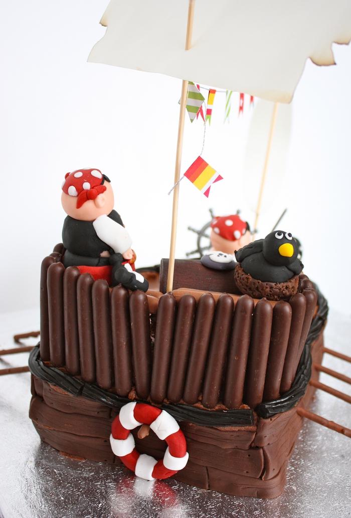 gâteau d'anniversaire garçon bateau de pirates original décoré avec de la pâte à sucre et des fingers