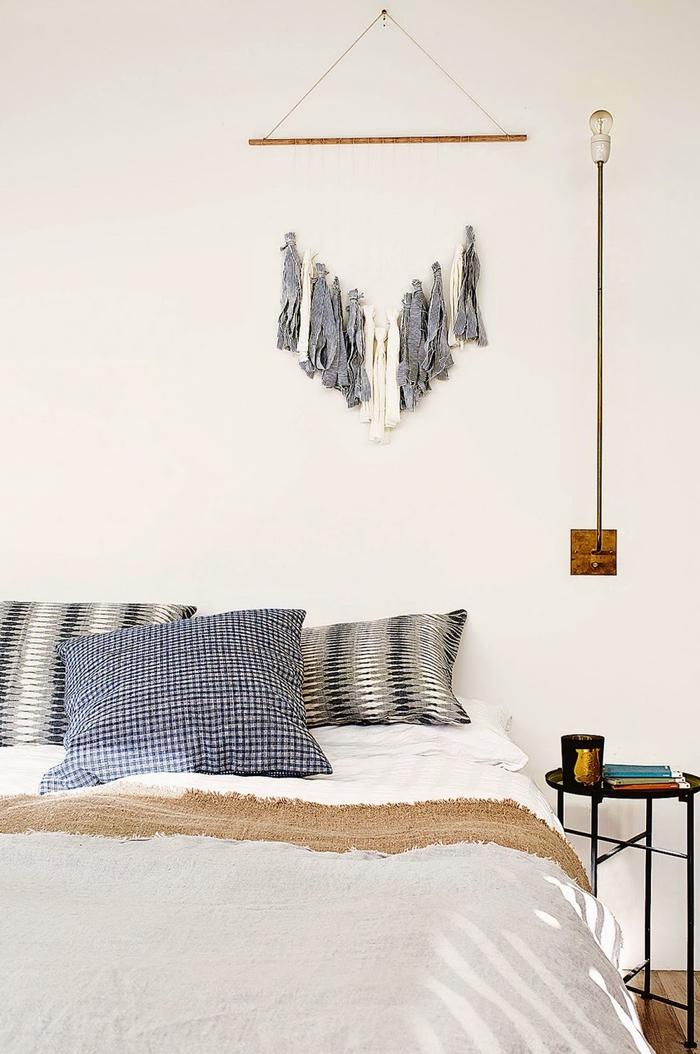 idée originale pour une décoration murale chambre adulte avec un fanion en tissu recyclé