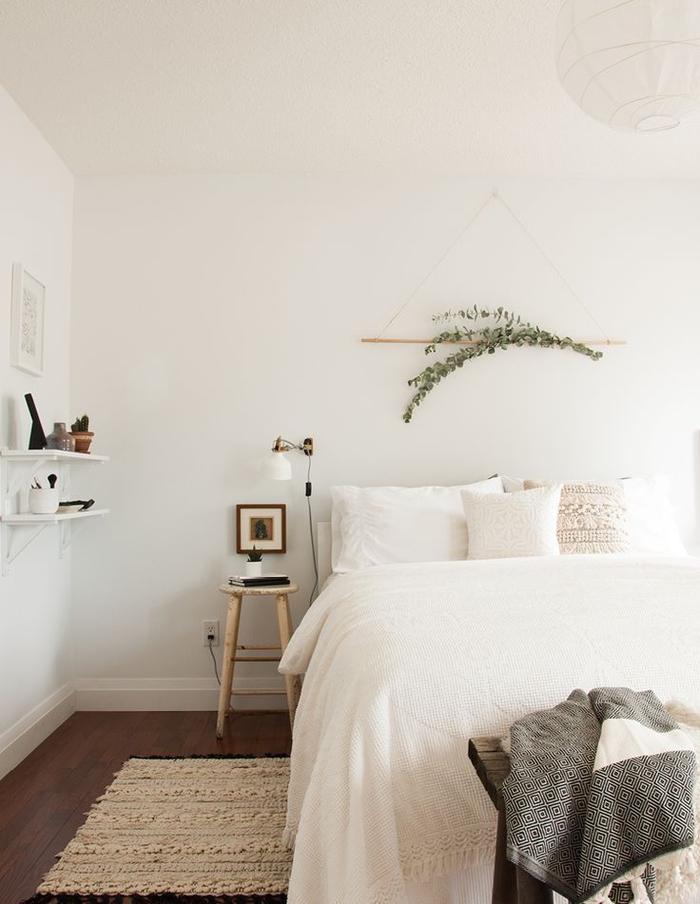 idée pour une decoration murale chambre adulte d'inspiration scandinave avec un simple fanion mural en branches d'eucalyptus