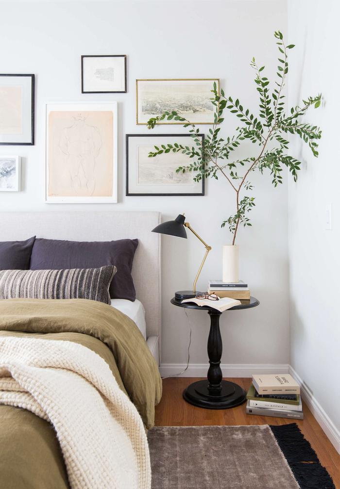 galerie murale et accent végétal pour une deco chambre parentale tendance réalisée avec peu d'argent