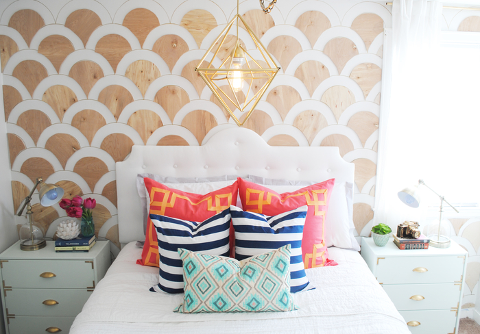 un mur d'accent diy à motifs coquillages découpés dans une planche de contreplaqué, décoration murale chambre adulte à faire soi-même