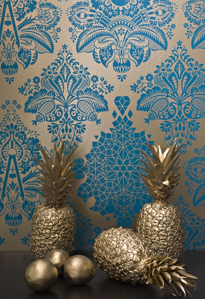 design intérieur luxueux avec figurines décoratives à effet métallique et décoration murale à design bleu et or
