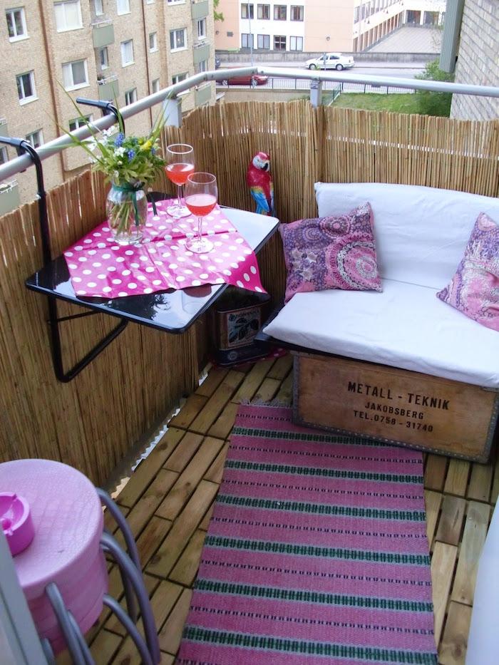 comment optimiser l'espace d'un balcon d'appatement, petit fauteuil avac caisse en bois whisky, table pour rambarde de balcon