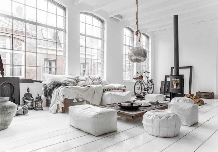 décoration loft à la scandinave, grand salon blanc style viking, meubles blancs ethniques design