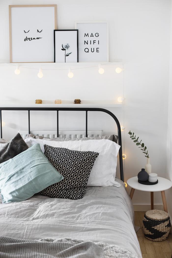 astuces pour décorer sa chambre à coucher avec un petit budget, déco tendance avec une guirlande lumineuse et une étagère au-dessus de lit