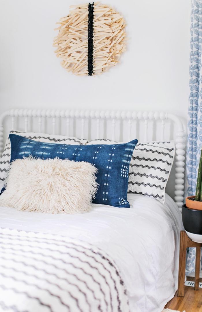 renouveler son linge de lit grâce à un projet diy amusant, décorer sa chambre avec des coussins teintés à l'indigo à l'aide de la technique japonaise shibori