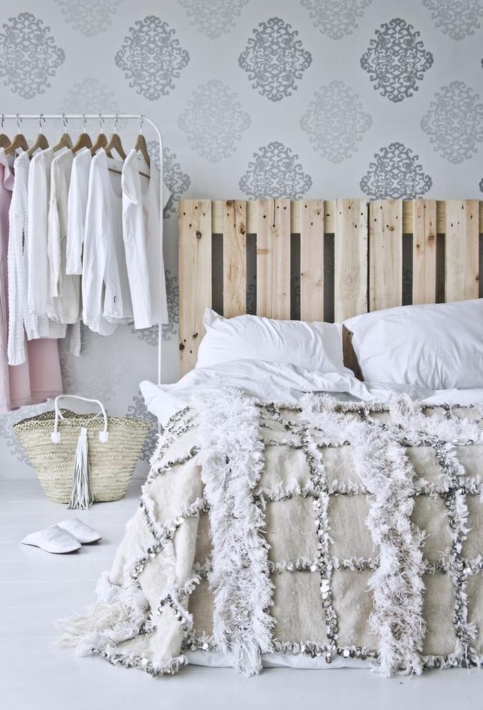 deco chambre adulte d'inspiration ethnique chic marocaine avec une tête de lit en palette et un portant à vêtement moderne minimaliste