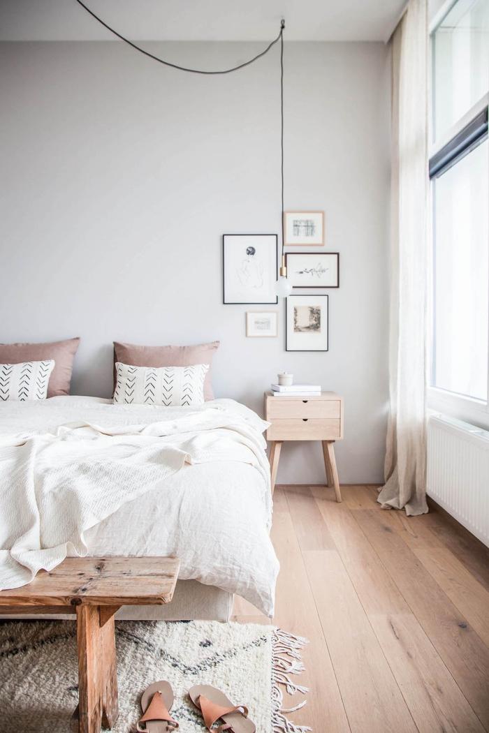 idée deco pour chambre adulte, un bout de lit en bois rustique qui s'inscrit parfaitement dans l'ambiance scandinave épurée