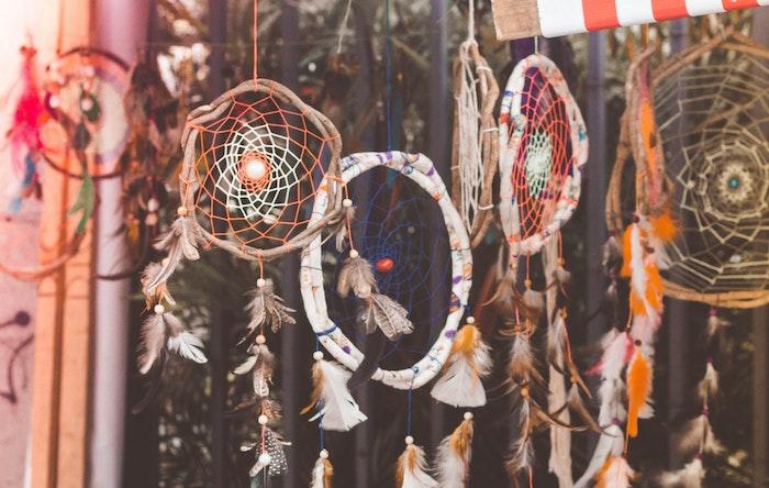 exemple de cercle pour attrape reve en branches de bois, filet coloré, decoration de petites perles et plumes
