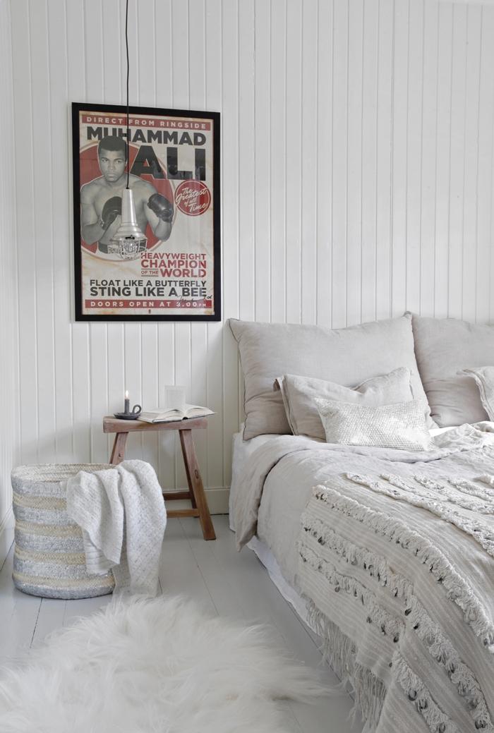 panier de rangement à sequins et couverture marocaine pour une deco chambre adulte d inspiration orinetale