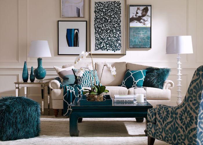 accessoires de deco couleur bleu canard, salon beige avec décoration bleu paon, coussins vert d eau