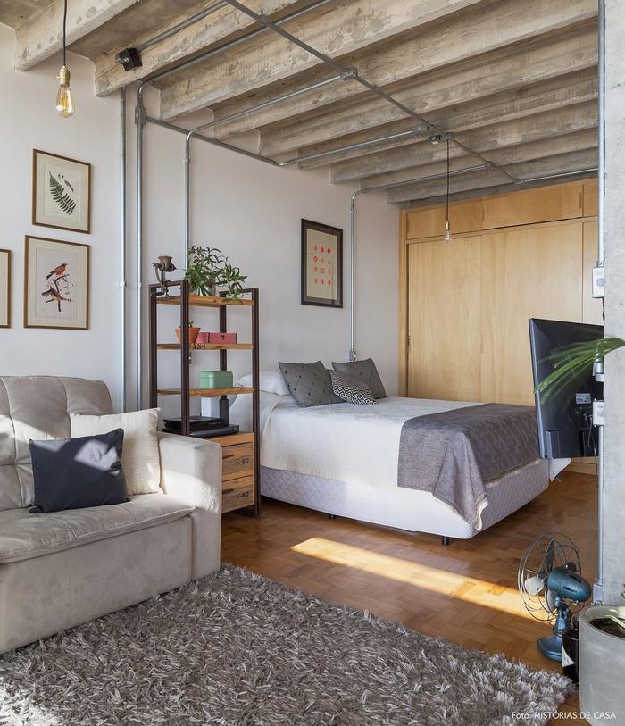 aménagement d'une chambre a coucher moderne d'esprit atelier avec un coin de repos équipé d'un canapé