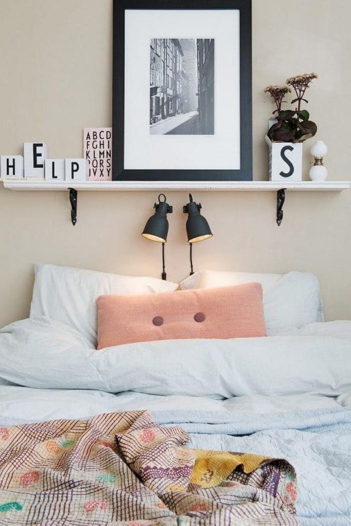 deco de chambre adulte de style scandinave avec une étagère murale au-dessus du lit, idées pour décorer le dessus de sa tête de lit