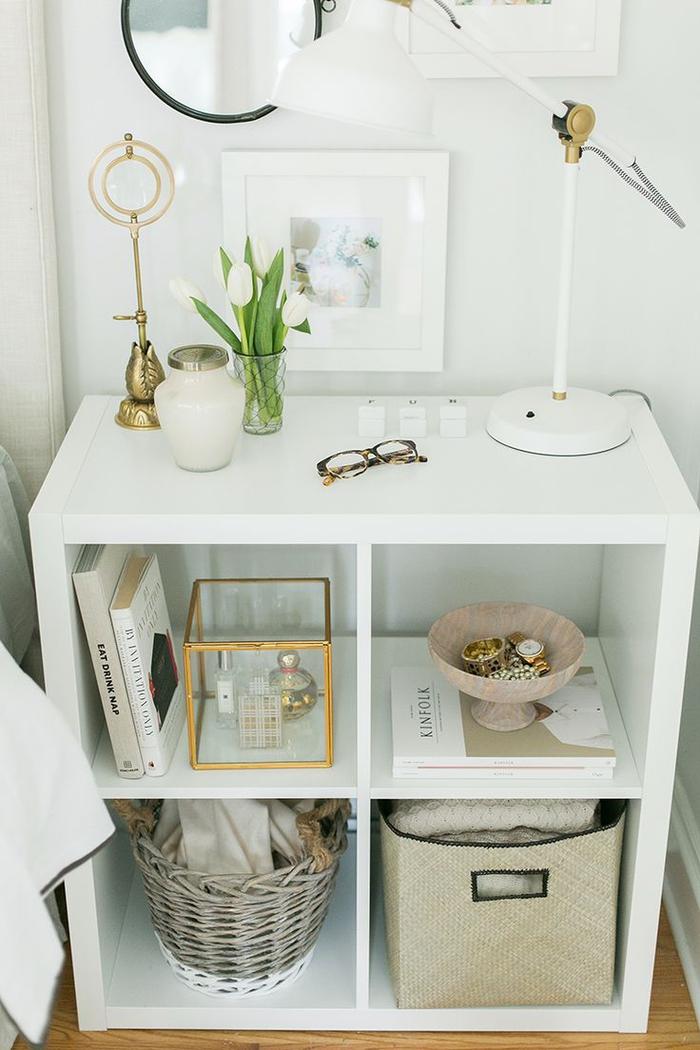 astuces amenagement chambre à coucher petit espace, un cube de rangement qui fait office de table de chevet aux lignes contemporaines