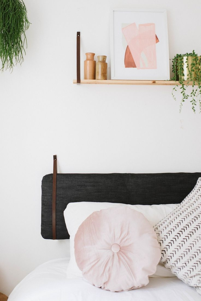 étagère murale originale suspendue par des sangles qui fait écho à la tête de lit, idée deco chambre adulte originale de style scandinave