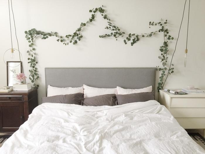 idée originale pour décoration murale chambre parentale dans l esprit nature avec des branches d eucalyptus accrochées au-dessus du lit