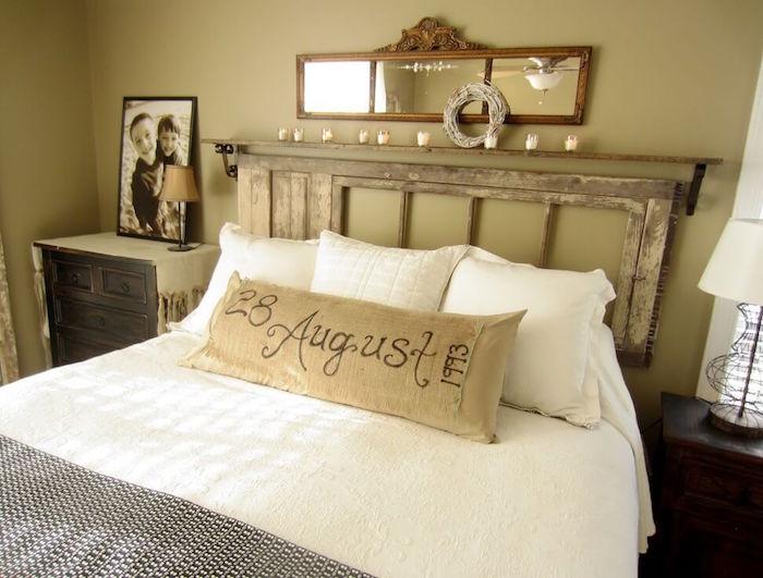 décoration pour chambre ancienne, meubles retro pour décorer une chambre parentale, tete de lit en bois vintage