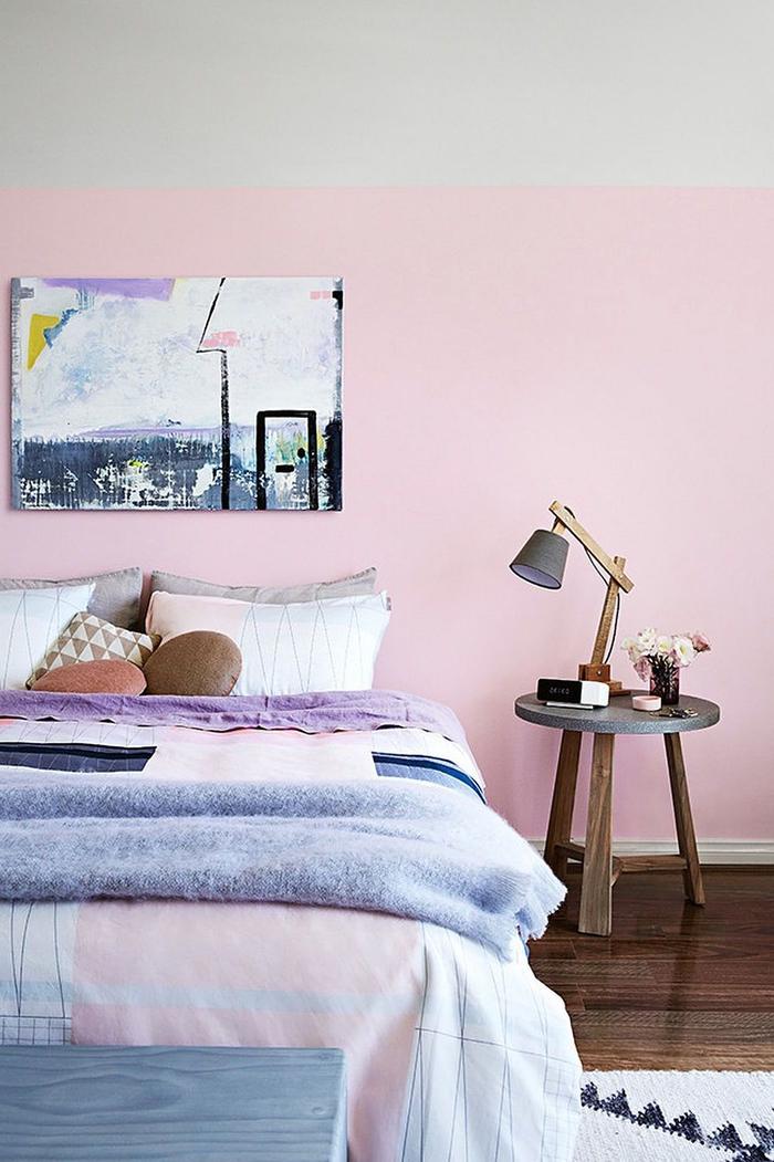 décoration murale chambre adulte avec un tableau abstrait aux nuances de la pièce
