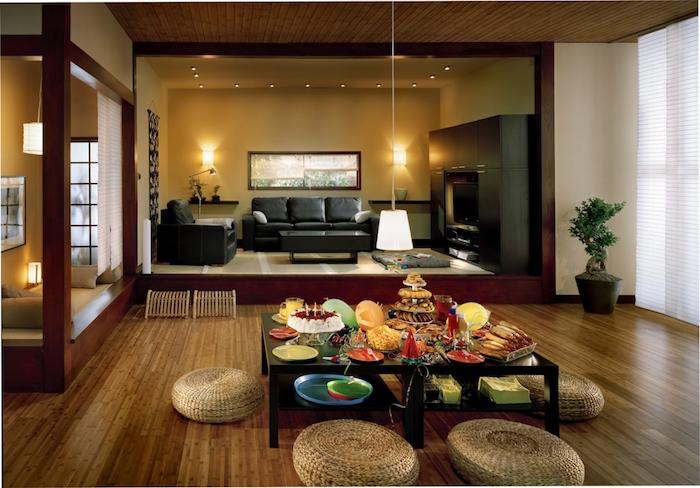 grand salon ethnique asiatique avec table basse, aménager salle à manger à la japonaise avec pouffes