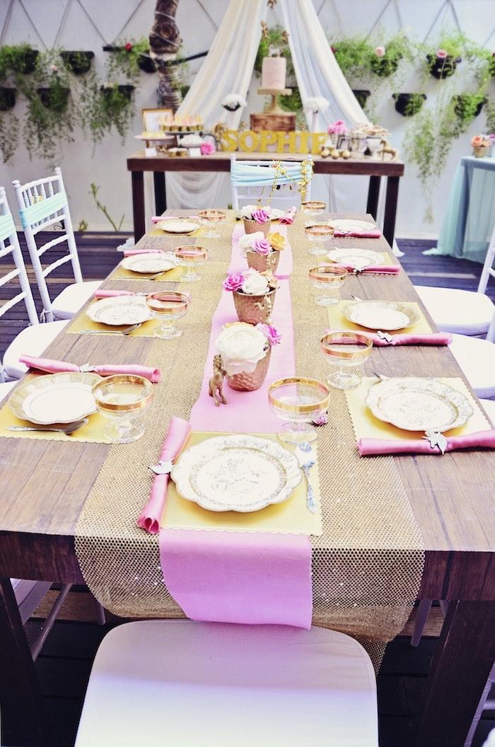 superposition de nappe dorée à paillettes et de chemin de table rose dragée pour une déco de table anniversaire theme licorne élégante et poétique