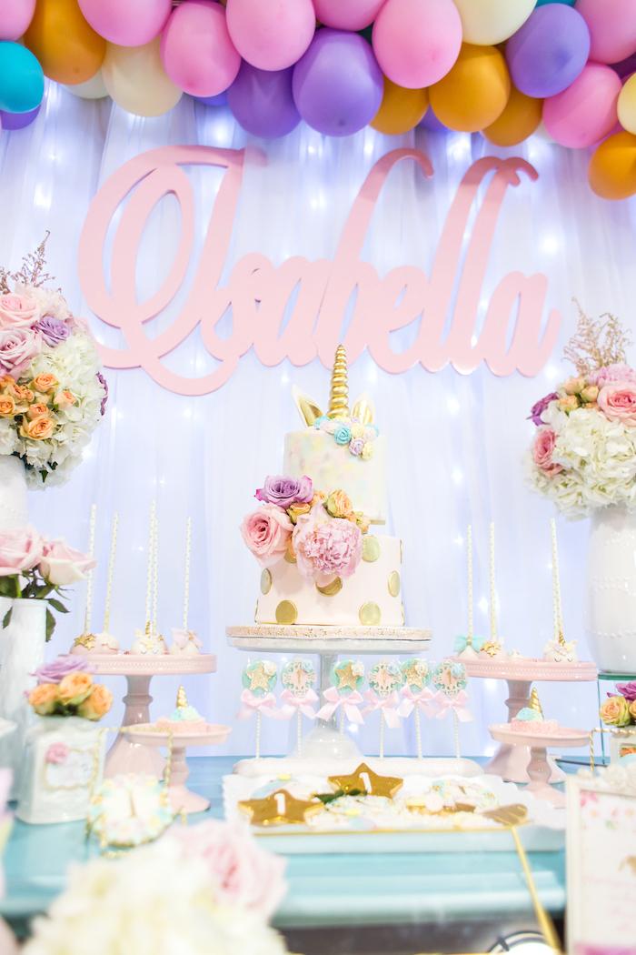 une décoration d'anniversaire theme licorne féerique et poétique en tons pastel, fleurs et objets licorne personnalisés